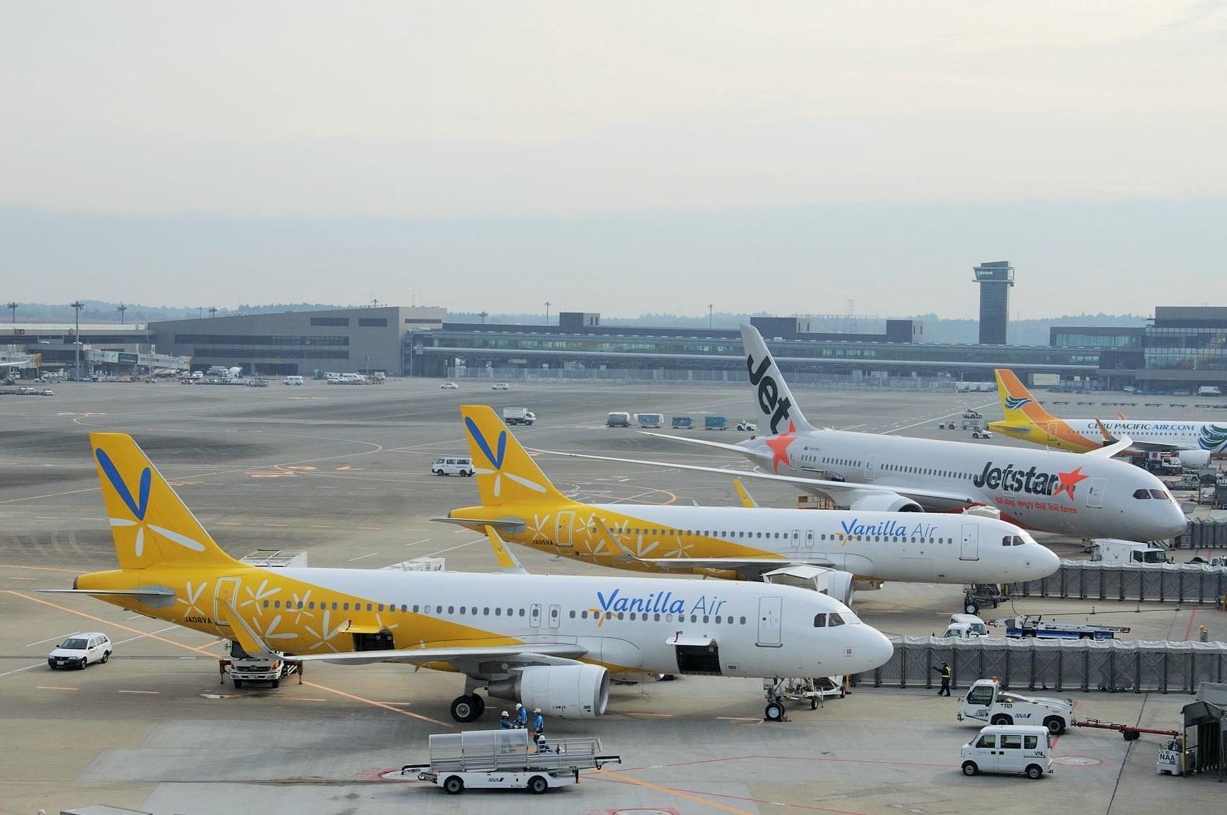 成田国際空港第3ターミナルに駐機する国際線LCC機