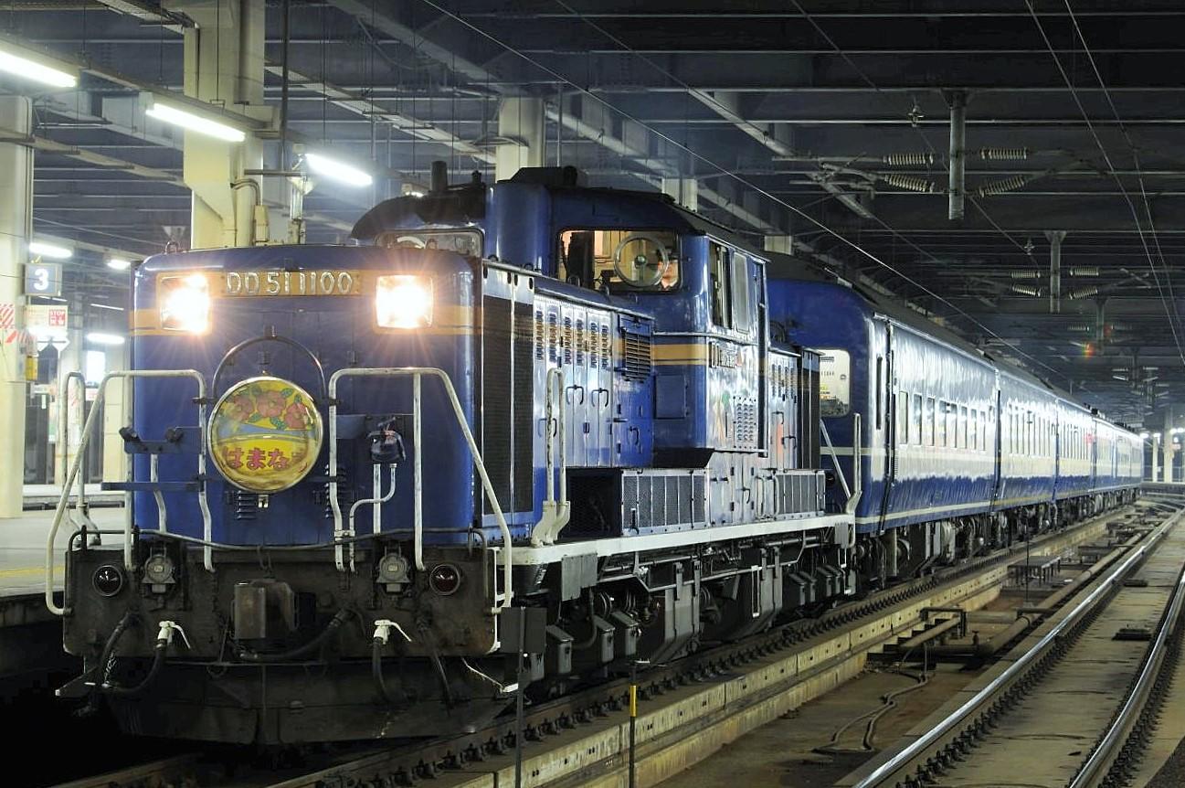 札幌駅で発車待ちをする急行「はまなす」