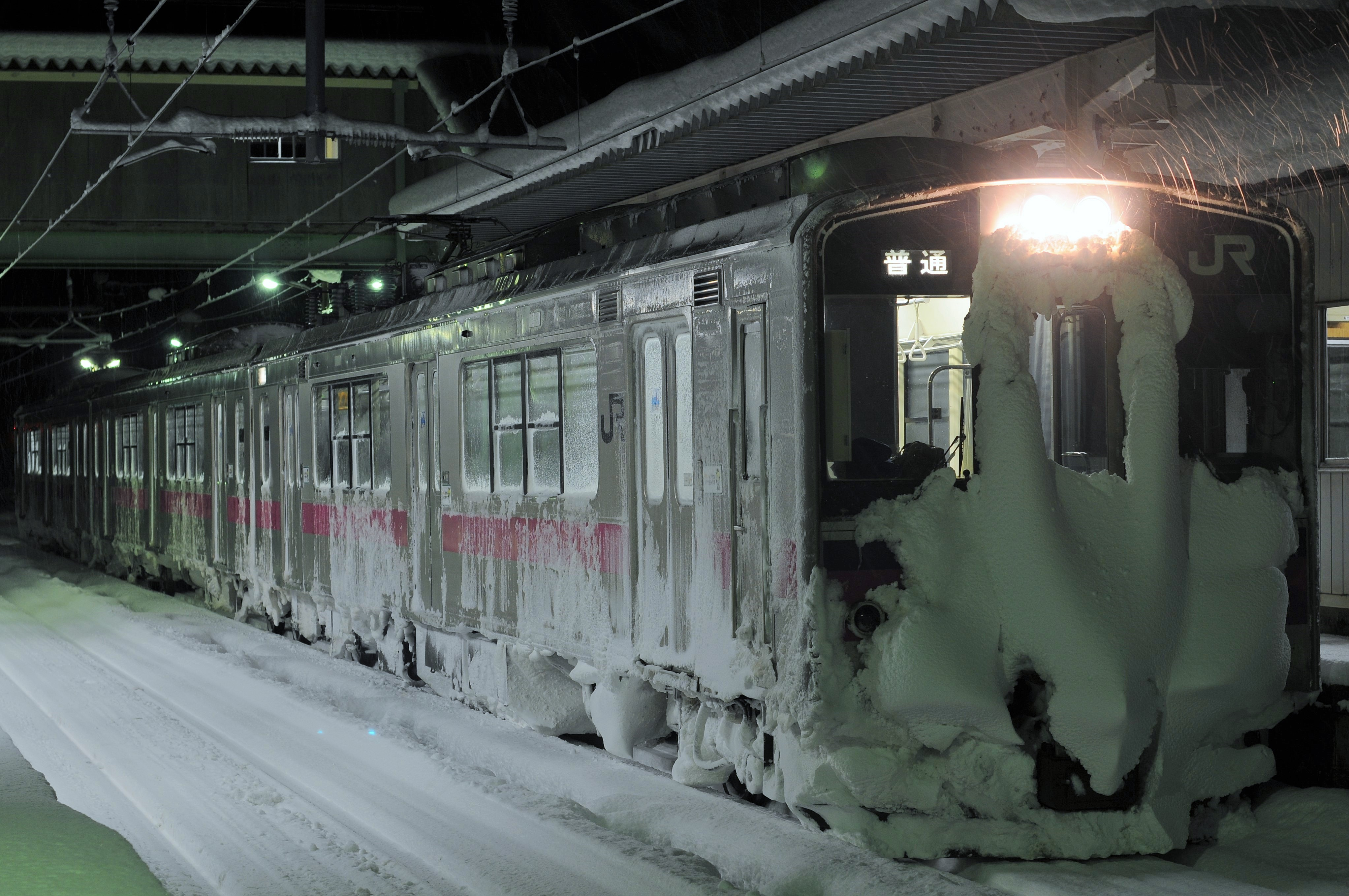 雪の中の701系をバルブ
