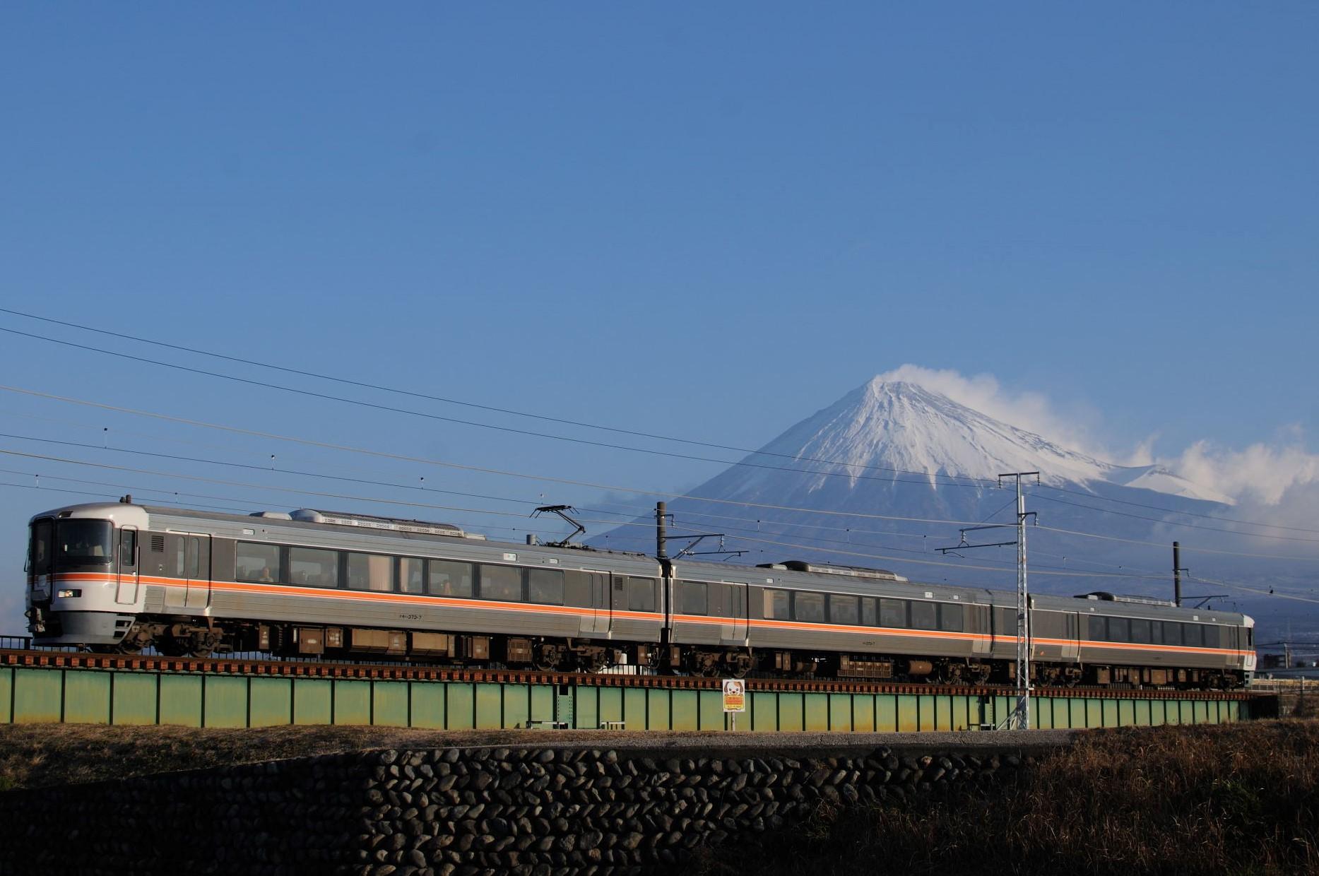 富士山を背に快走する身延線
