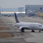 関空に到着したユナイテッド航空B787-8